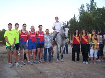 El caballo Barbán vence en Lanaja a los atletas en una emocionante carrera